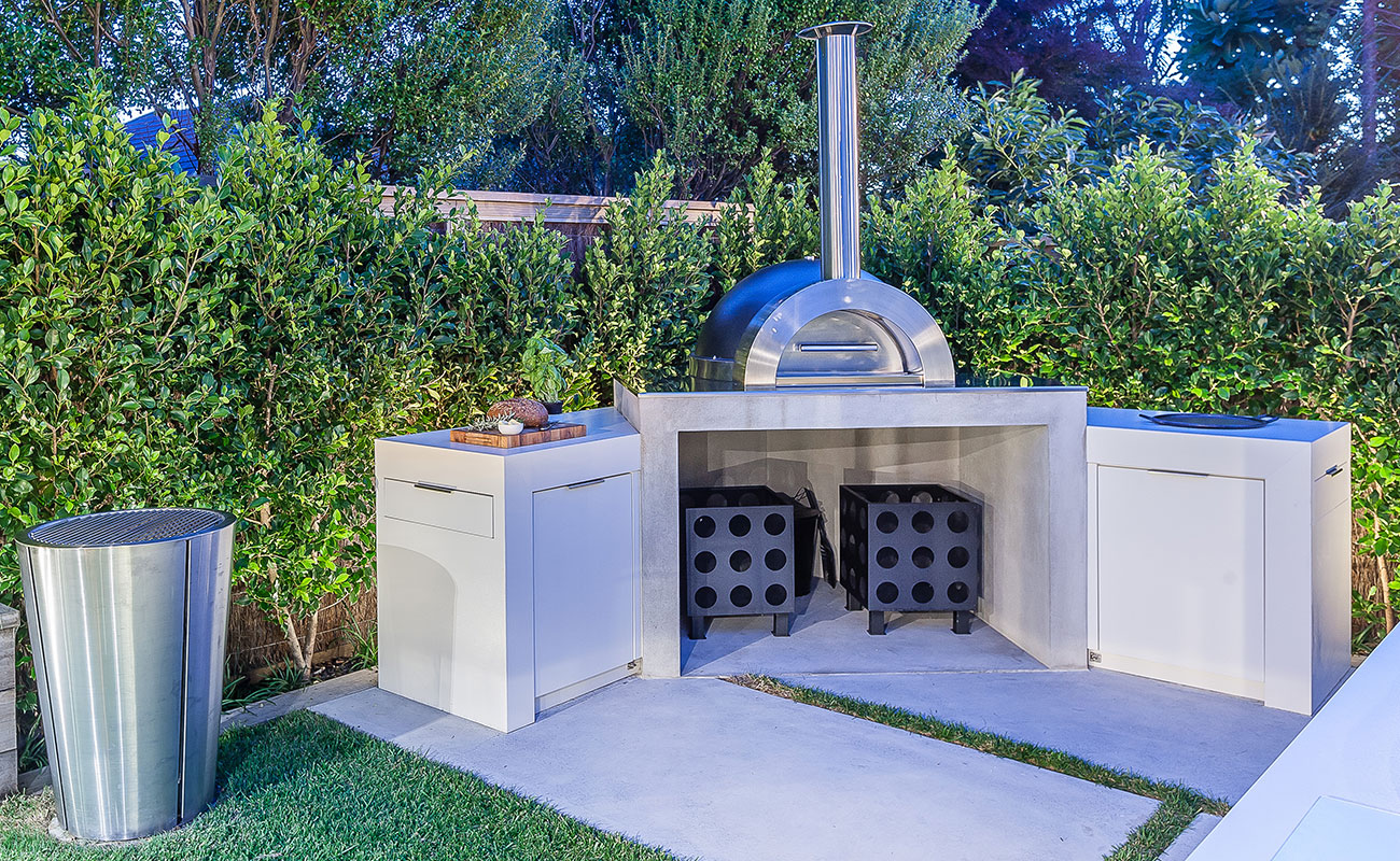 Outdoor pizza oven and heating rack