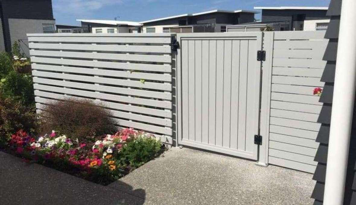 Privacy gate with flowers