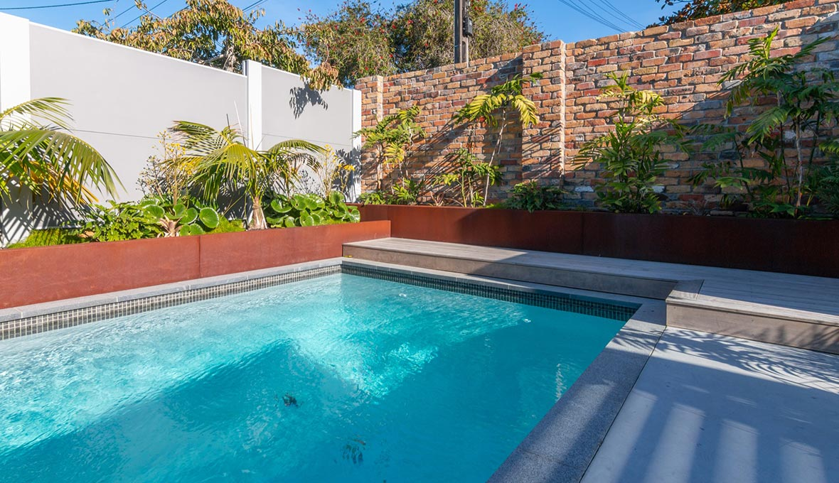 Pool with hedges