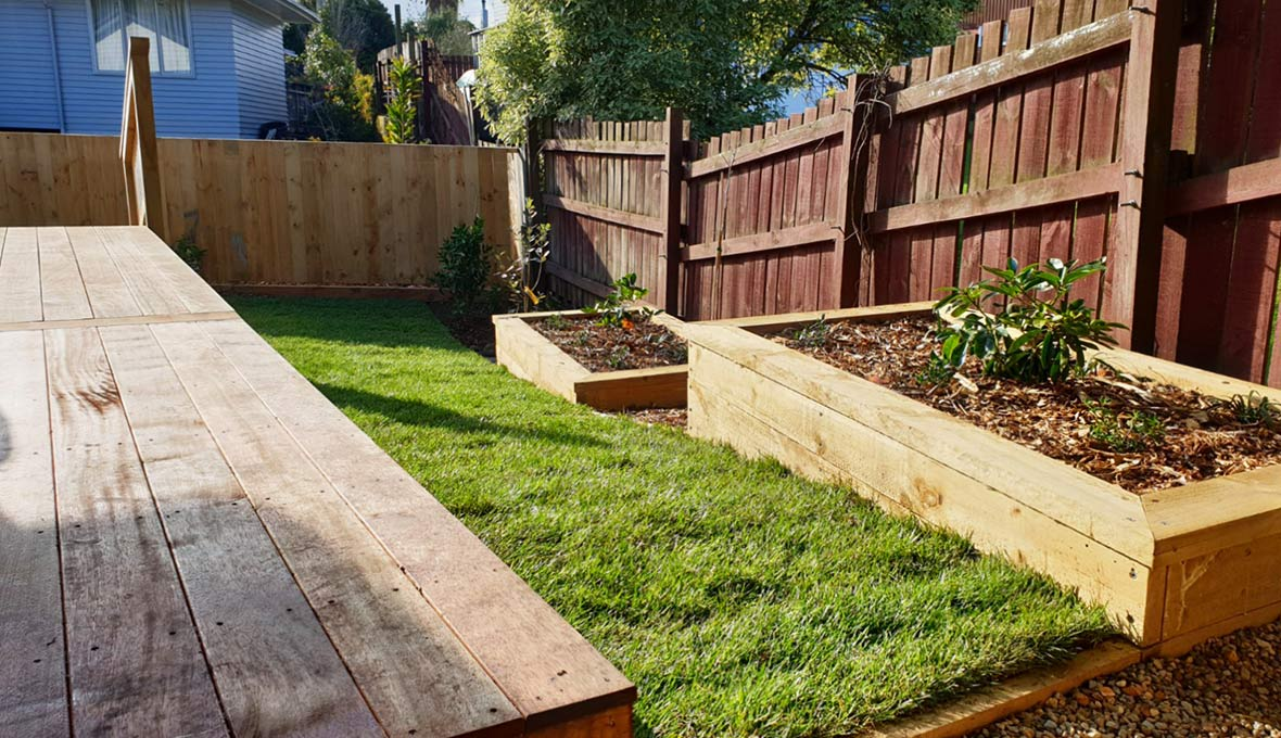 Zones Landscaping Specialist Matt Wilkinson updated this property with new decking, a Readylawn, paving and planting.